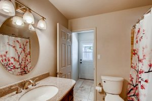 Hall bathroom w/access to yard